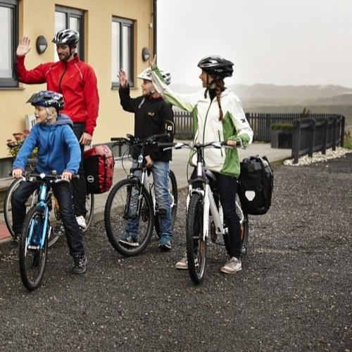 Panorama-Familie-på-cykel-foran-Nymindegab-Kro