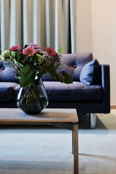 EJ 220 is fundamental in the Erik Jørgensen collection with its low boxy frame, narrow armrests and casual appearance.